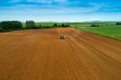 Colpo aereo dell'agricoltore con un trattore sul campo agricolo Fotografie Stock