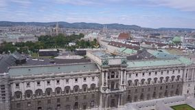 Colpo aereo dell'orizzonte della città di Vienna Vista aerea di Vienna Cattedrali e città di paesaggio urbano di Vienna, Austria stock footage