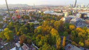 Colpo aereo dell'orizzonte di Vienna, linea crepuscolo, parco Prater del cielo della città video d archivio