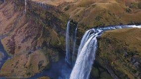 Colpo aereo della cascata di Seljalandsfoss video d archivio