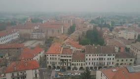 Colpo aereo della città di Padova un giorno nebbioso, Italia archivi video