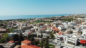 Colpo aereo della città di paphos in Cipro con le costruzioni ed i centri di affari con il mare nel fondo Giorno di estate pieno  stock footage
