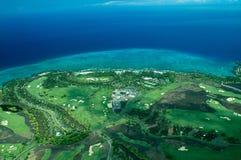 Colpo aereo della grande isola - terreno da golf litoraneo fotografie stock