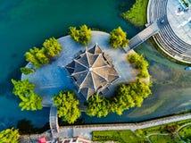 Colpo AEREO della pagoda tradizionale lungo il fiume di Wuyang, Guizhou, Cina immagini stock libere da diritti