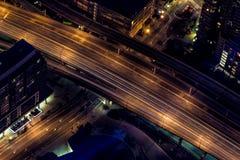 Colpo aereo della strada principale urbana della citt? alla notte fotografie stock libere da diritti