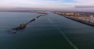 Colpo aereo delle case di alcuni pescatori con l'esterno enorme delle reti situato in mezzo al mare, in Toscana, l'Italia video d archivio