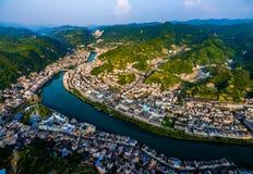 Colpo AEREO delle case e del ponte tradizionali sul fiume di Wuyang, Guizhou, Cina immagini stock libere da diritti