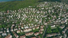 Colpo aereo delle case nella zona residenziale di Zurigo switzerland video d archivio