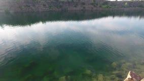 Colpo aereo delle coppie sul lago e sulle colline archivi video