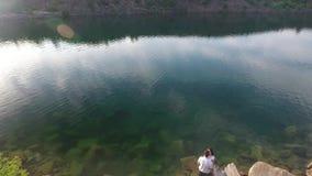 Colpo aereo delle coppie sul lago e sulle colline video d archivio