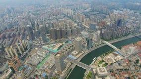 Colpo aereo delle costruzioni moderne e del paesaggio urbano urbano alla notte, Tientsin, Cina video d archivio