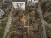 Colpo aereo delle palazzine di appartamenti con l'iarda a Mosca Fotografia Stock Libera da Diritti