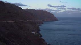 Colpo aereo delle scogliere e del paesaggio della linea costiera in Tenerife, isole Canarie, Spagna video d archivio