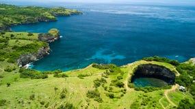 Colpo aereo dello stagno roccioso della spiaggia naturale Fotografia Stock Libera da Diritti