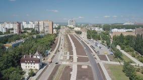 Colpo aereo di area della costruzione della città moderna, nuove strade, costruzioni, tempo soleggiato archivi video