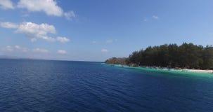 Colpo aereo di bella laguna blu al giorno di estate caldo con la barca a vela stock footage