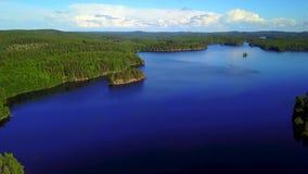 Colpo aereo di belle isole nel lago un giorno di estate calmo video d archivio