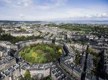 Colpo aereo 2 di giorno soleggiato della città storica della città di Edimburgo fotografia stock libera da diritti