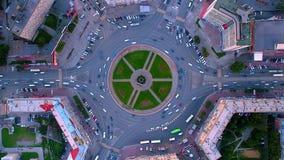 Colpo aereo di lasso di tempo della rotonda occupata durante l'ora di punta a Novosibirsk stock footage