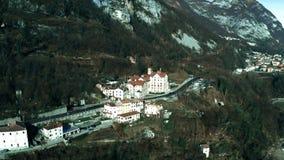 Colpo aereo di paesaggio alpino tipico dell'Italia del Nord archivi video