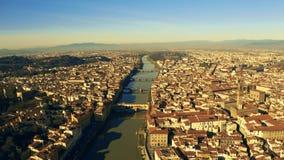 Colpo aereo di Ponte famoso Vecchio ed altri ponti a Firenze, Italia archivi video