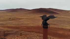 Colpo aereo di un'aquila bronzea del monumento archivi video