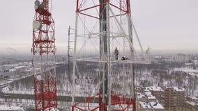 Colpo aereo di una torre della televisione di giorno nuvoloso di inverno video d archivio