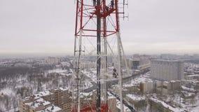 Colpo aereo di una torre della televisione in un giorno nuvoloso di inverno video d archivio