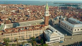 Colpo aereo di Venezia che comprende piazza famosa San Marco, campanile ed il palazzo del ` s del doge immagini stock