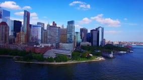 colpo aereo 4k di New York NYC da acqua, vista urbana moderna con architettura del grattacielo, bello orizzonte stock footage