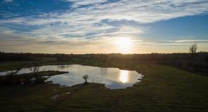 Colpo aereo a 40 metri di un tramonto del lago Fotografia Stock Libera da Diritti