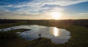 Colpo aereo a 40 metri di un tramonto del lago Fotografie Stock Libere da Diritti