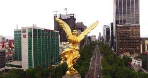 Colpo aereo sbalorditivo del monumento di angelo di indipendenza in Città del Messico video d archivio