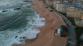 Colpo aereo sopra la spiaggia vuota ed oceano in Povoa de Varzim, Portogallo video d archivio