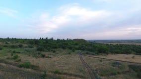 Colpo aereo sui campi e sulle colline dei donbass stock footage