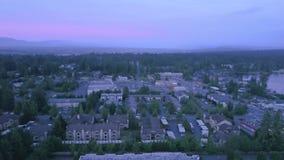 Colpo aereo verso l'alto sopra l'orizzonte nel bello nord-ovest pacifico video d archivio