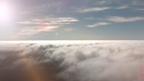 Colpo aereo Volo sopra le nuvole volumetriche di temporale di struttura Tenerife, Isole Canarie, Spagna Concetto di sogno stock footage