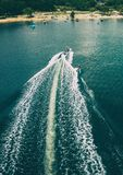 Colpo aereo wakeboarding, dell'onda e del motoscafo immagine stock libera da diritti