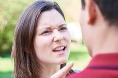 Colpo all'aperto di giovani coppie che hanno discussione Immagine Stock
