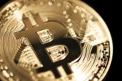 Colpo alto di macro del dettaglio della moneta di Bitcoin di fine dorata di simbolo Immagini Stock Libere da Diritti