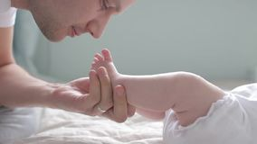 Colpo alto vicino dei piedi bacianti del padre del bambino archivi video