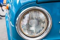 Colpo alto vicino del faro di Fiat 850 alla manifestazione di automobile locale del veterano Immagini Stock