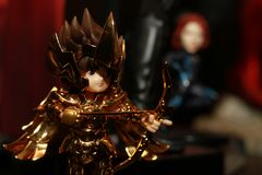 Colpo alto vicino della figura del supereroe di Seiya del san nell'azione immagini stock