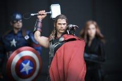 Colpo alto vicino della figura di superheros dei VENDICATORI 2 di THOR nel combattimento di azione immagini stock