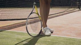 Colpo alto vicino della racchetta spining del tennis femminile sulla terra video d archivio