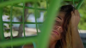 Colpo alto vicino di belle donne sexy attraverso la cellula della sedia che d'attaccatura raffredda durante la sua vocazione stock footage