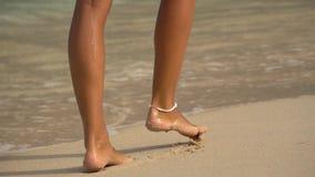 Colpo alto vicino di belle gambe della donna che camminano sul sealine archivi video