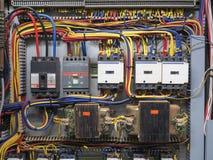 Colpo anteriore del pannello elettrico che mostra rosso, blu, giallo, il nero fotografia stock libera da diritti