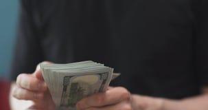 Colpo anteriore dell'uomo che conta tre mila dollari Immagini Stock Libere da Diritti