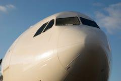 Colpo anteriore della cabina di pilotaggio di Airbus 330 con cielo blu intorno Fotografie Stock
